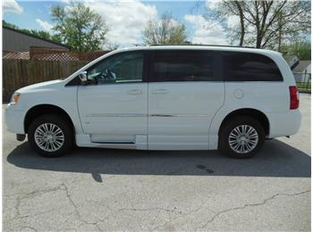 4c28f6be4d This is a Brand NEW 2015 Chrysler Town and Country Touring available now  for delivery. This is a fantastic deal because the incentives are so high  th .